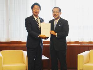 髙島市長に要望書を提出する礒山会頭